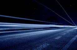 Mittellinie mit abstrakten blauen Leuchten Lizenzfreie Stockbilder