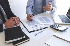 Mittelmanndarstellung und Beratungslebensversicherungsdetail zum Kunden und Warten auf seine Antwortvereinbarung zu beenden stockbilder