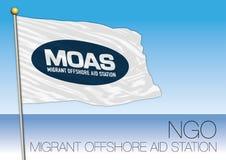MITTELMEER, EUROPA, JAHR 2017 - Flagge von MOAS, Migrant-Offshorehilfsstation, internationales NGO Organization Lizenzfreie Stockbilder