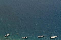 Mittelmeer mit sich hin- und herbewegenden Booten Stockfoto