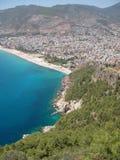 Mittelmeer, Strand und Berge bei Alanya (die Türkei) Lizenzfreies Stockbild