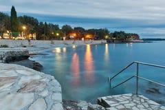 Mittelmeer-sumer Erholungsort mit adriatisches Seestrand am Abend Lizenzfreie Stockfotos