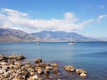 Mittelmeer- und Bootslandschaft lizenzfreie stockfotos