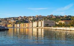 Mittelmeer und Gebäude nehmen in Neapel, Italien Zuflucht Lizenzfreies Stockbild