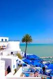 Mittelmeer und weiße und blaue Café-Terrasse - Sidi Bou Said Lizenzfreie Stockfotografie
