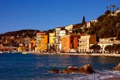 Mittelmeerabhangstadt in Frankreich mit Hafen lizenzfreie stockfotos