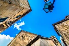 Mittelmeerarchitektur in Omis-Stadt, Kroatien stockbilder