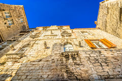 Mittelmeerarchitektur in sonnigem Kroatien stockbild