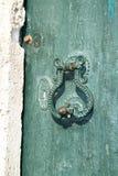 Mittelmeerart des alten Metalltürgriffs auf grüner Tür datierte ab 1788 Lizenzfreies Stockfoto
