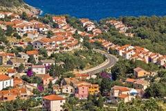 Mittelmeerarthäuser durch das Meer Stockfotografie