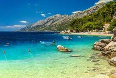 Mittelmeerbucht und Strand mit Motorbooten, Brela, Dalmatien-Region, Kroatien Stockbilder