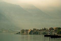 Mittelmeerbuchtdorf mit Bergen Stockbild