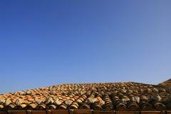 Mittelmeerdach und Himmel Lizenzfreie Stockfotografie