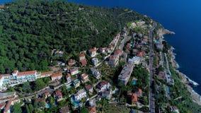 Mittelmeerdorf nahe Nizza in den grünen Hügeln im Sonnenscheinlicht Dachspitzen und schmale Straßen unten Berge und stock video