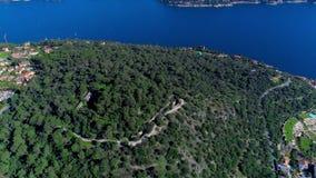Mittelmeerdorf nahe Nizza in den grünen Hügeln im Sonnenscheinlicht Dachspitzen und schmale Straßen unten Berge und stock video footage