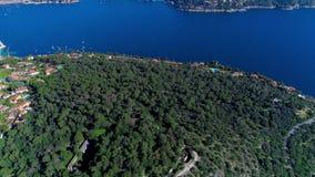 Mittelmeerdorf nahe Nizza in den grünen Hügeln im Sonnenscheinlicht Dachspitzen und schmale Straßen unten Berge und stock footage