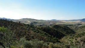 Mittelmeerfelder gestalten mit Windkraftanlageerneuerbarer energie am Horizont landschaftlich stock video