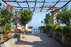 Mittelmeergarten an einem Landhaus in Ravello Lizenzfreies Stockfoto