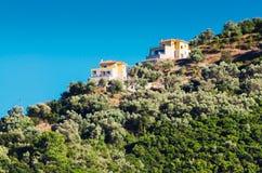 Mittelmeerhäuser auf grünem Hügel Stockfoto