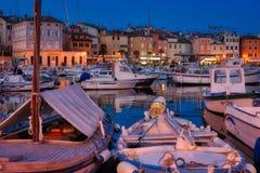 Mittelmeerhafen - blaue Stunde Stockfotos