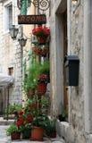 Mittelmeerhaus mit Blumen Stockfotos