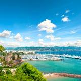 Mittelmeerlandschaft mit bewölktem blauem Himmel Französisches Riviera Lizenzfreie Stockfotos