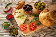 Mittelmeerlebensmittelbrotöl-Olivenkäse Stockfotografie