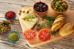 Mittelmeerlebensmittelbrotöl-Olivenkäse Stockbilder