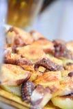 Mittelmeermahlzeit mit Kartoffeln und Kraken stockbilder