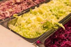 Mittelmeermischsalat mit saucesi auf einem Straßenmarkt lizenzfreies stockfoto