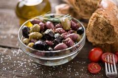 Mittelmeermischung von Oliven für Salat im Öl Stockfoto
