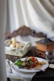 Mittelmeermittagessen mit Ratatouille und Stangenbrot in der Provence, Frankreich Stockbild