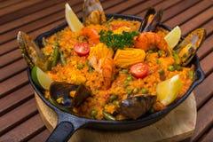Mittelmeerpaella mit Meeresfrüchten in der Bratpfanne Stockfotos