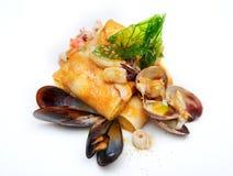 Mittelmeerpfannkuchen mit essbaren Meerestieren Stockfotos