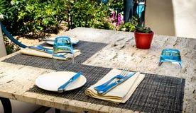 Mittelmeerrestaurantabendessensatz für zwei auf einer Marmortabelle Lizenzfreie Stockbilder