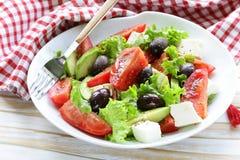 Mittelmeersalat mit schwarzen Oliven, Kopfsalat, Käse stockfotos