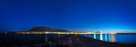 Mittelmeerstadt bis zum Nacht Lizenzfreie Stockfotos