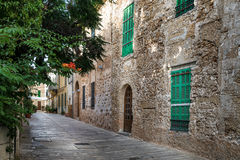 Mittelmeerstraße in alter Stadt Alcudia Stockbilder