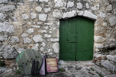 Mittelmeerstraße und grüne Türen Stockbilder