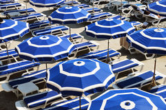 Mittelmeerstrand während des heißen Sommertages Lizenzfreies Stockfoto