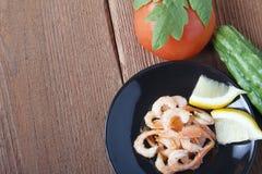 Mittelmeerteller des Frischgemüses mit Garnelen Lizenzfreies Stockfoto