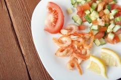 Mittelmeerteller des Frischgemüses mit Garnelen Lizenzfreies Stockbild