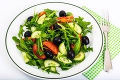 Mittelmeerteller, frischer Salat mit Oliven Stockbild