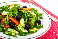 Mittelmeerteller, frischer Salat mit Oliven Lizenzfreie Stockbilder