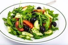 Mittelmeerteller, frischer Salat mit Oliven Lizenzfreies Stockbild
