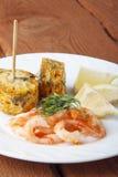 Mittelmeerteller von Garnelen mit Maiskolben Lizenzfreies Stockfoto