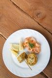 Mittelmeerteller von Garnelen mit Maiskolben Stockfotos