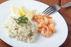 Mittelmeerteller von Garnelen mit Reis Stockfoto