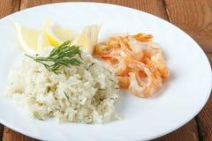 Mittelmeerteller von Garnelen mit Reis Lizenzfreie Stockfotos