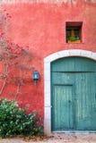 Mittelmeerwand mit Tür und Fenster Stockfotos